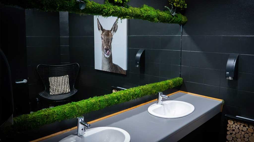Toilettes restaurant - Végétal de décoration stabilisé